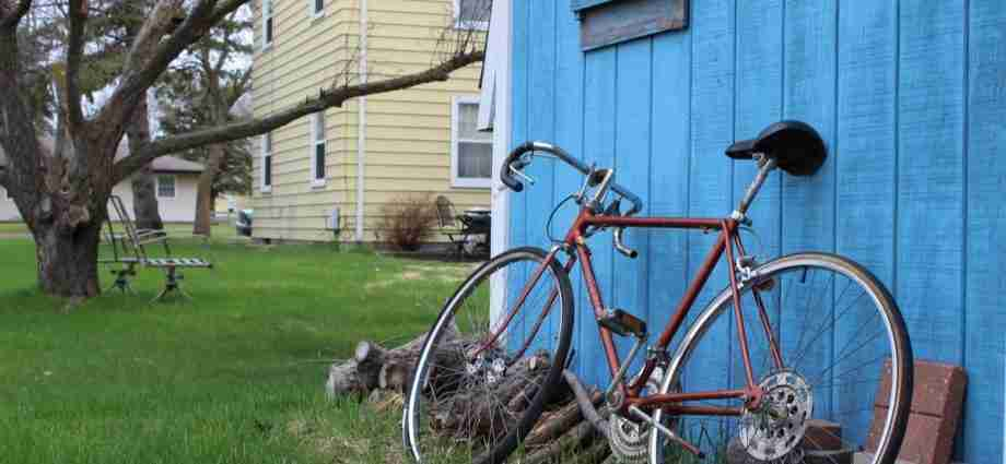 Bicycyle leaning against shed